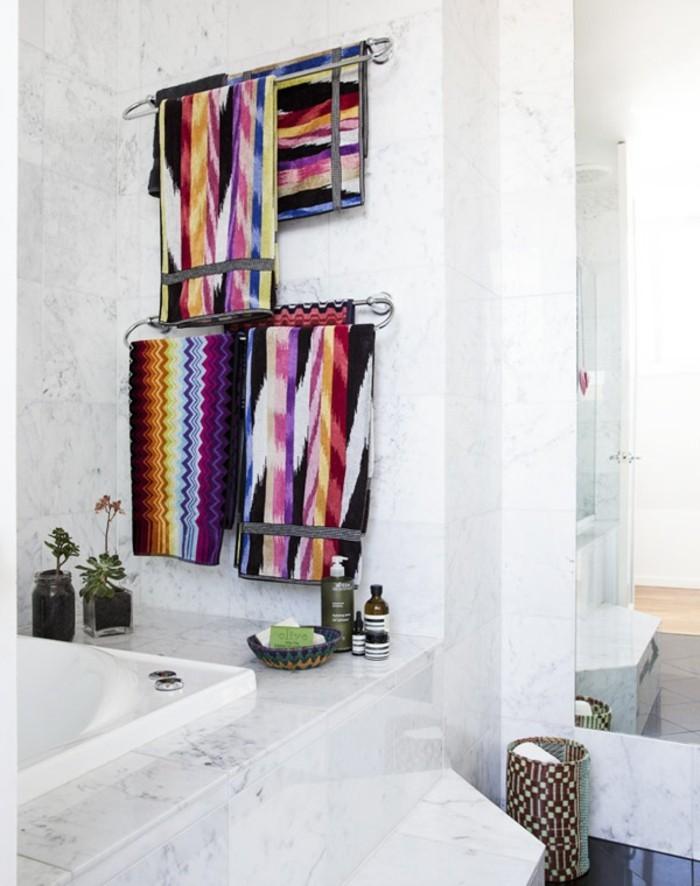 wohnideen für das badezimmer farbige tücher als schöne dekoration