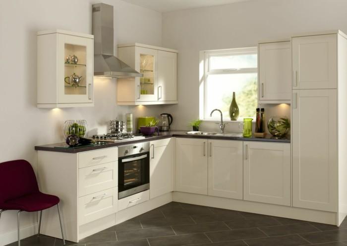 wohnideen küche beige küchenschränke akzentbeleuchtung und bodenfliesen