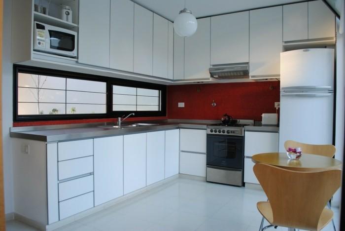 wohnideen küche eckküche mit weißen küchenschränken und roten akzenten