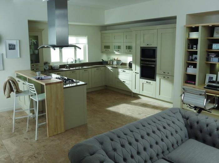 wohnideen küche hellgrüne küchenschränke und offener wohnplan