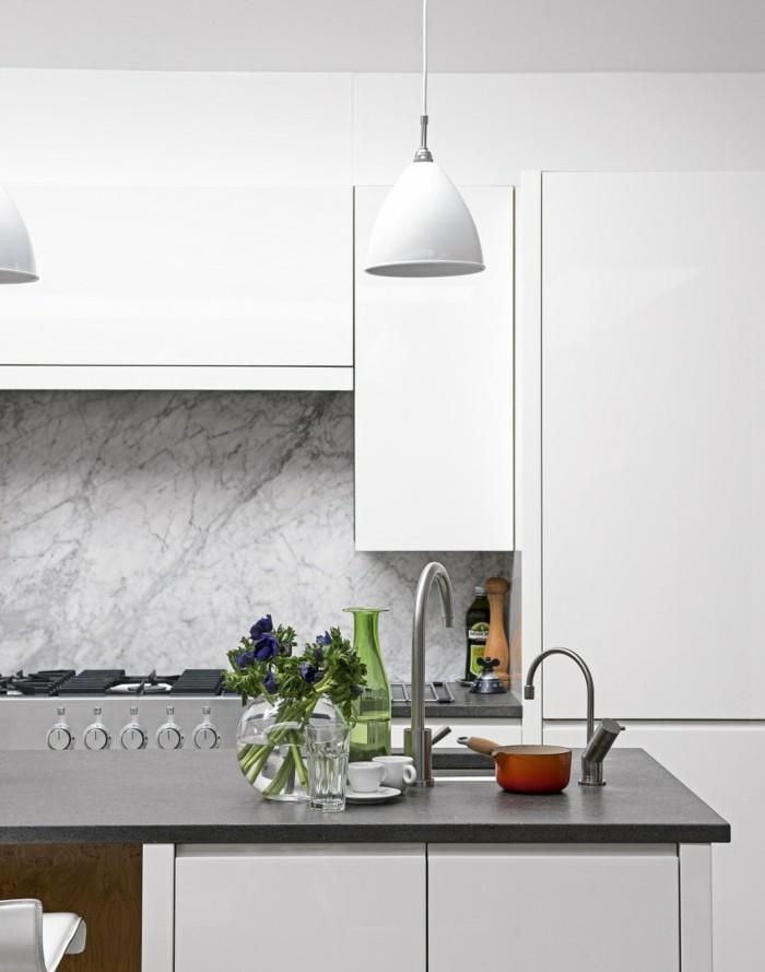 wohnideen küche marmor küchenrückwand und weiße wandschänke