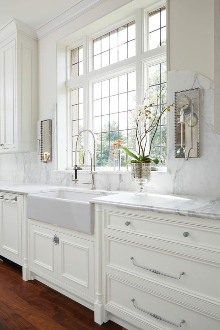 wohnideen küche marmor wandverkleidung weiße küchenschränke und holzboden