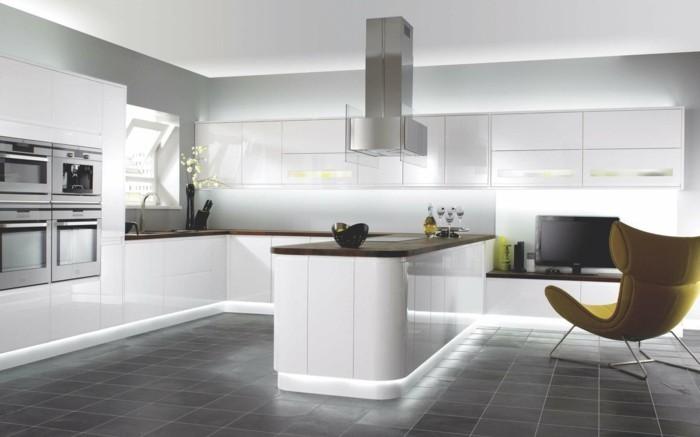 wohnideen küche moderne beleuchtung und ausgefallener sessel