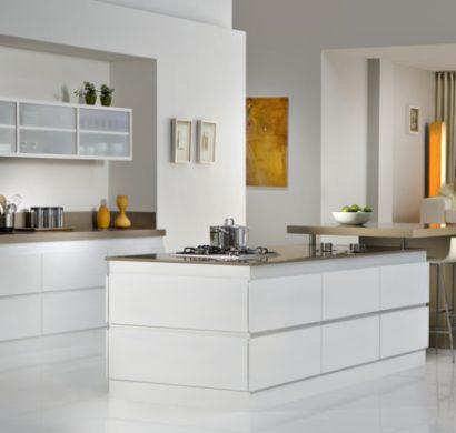 Moderne weiße Küche zeigt Stil und Eleganz, vereint Modernität und ... | {Moderne weiße küche 61}