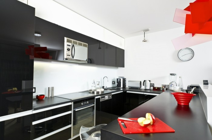 moderne küche in schwarz weiß mit roten akzenten und u form
