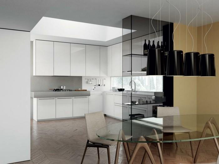 wohnideen küche winkelküche mit stilvollen weißen küchenschränken und hellgrauer küchenrückwand