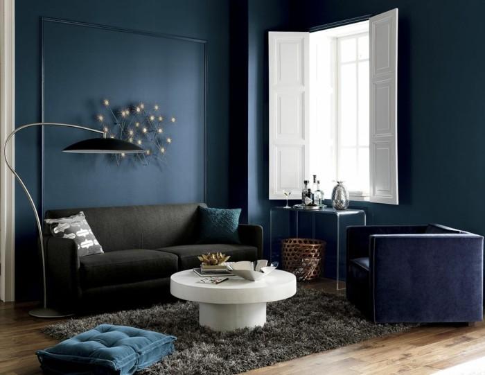 wohnideen wohnzimmer dunkelblaue wände und schwarze stehlampe