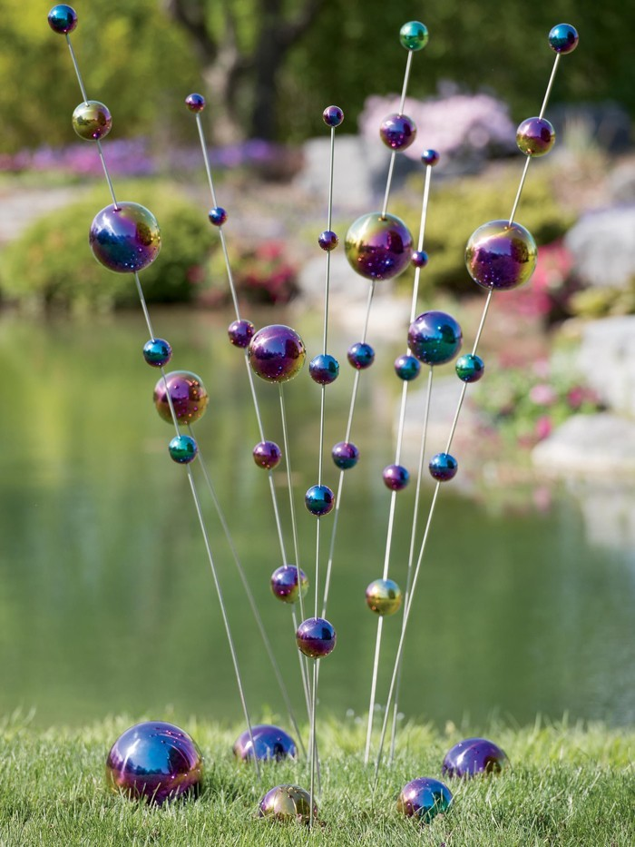 ausgefallene gartendeko selber machen upcycling ideen diy deko windspiel sitbank aus holzstäbchen vogelfutterhaus pingpong plastickball