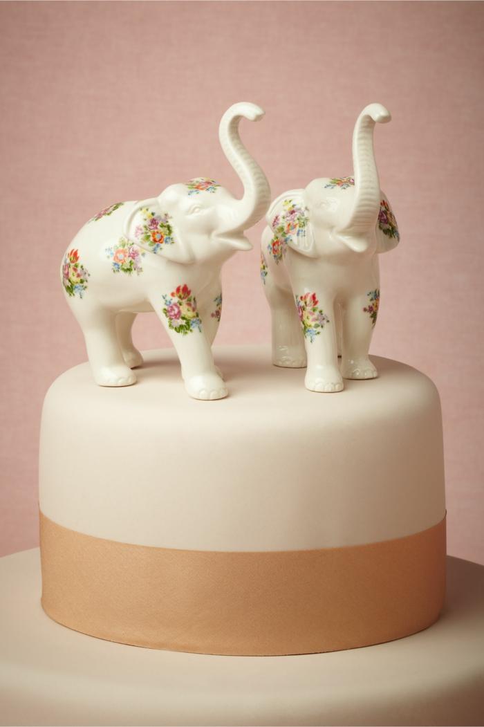 bohemian style hochzeitstorte mit zwei elefantenfiguren mit fondant