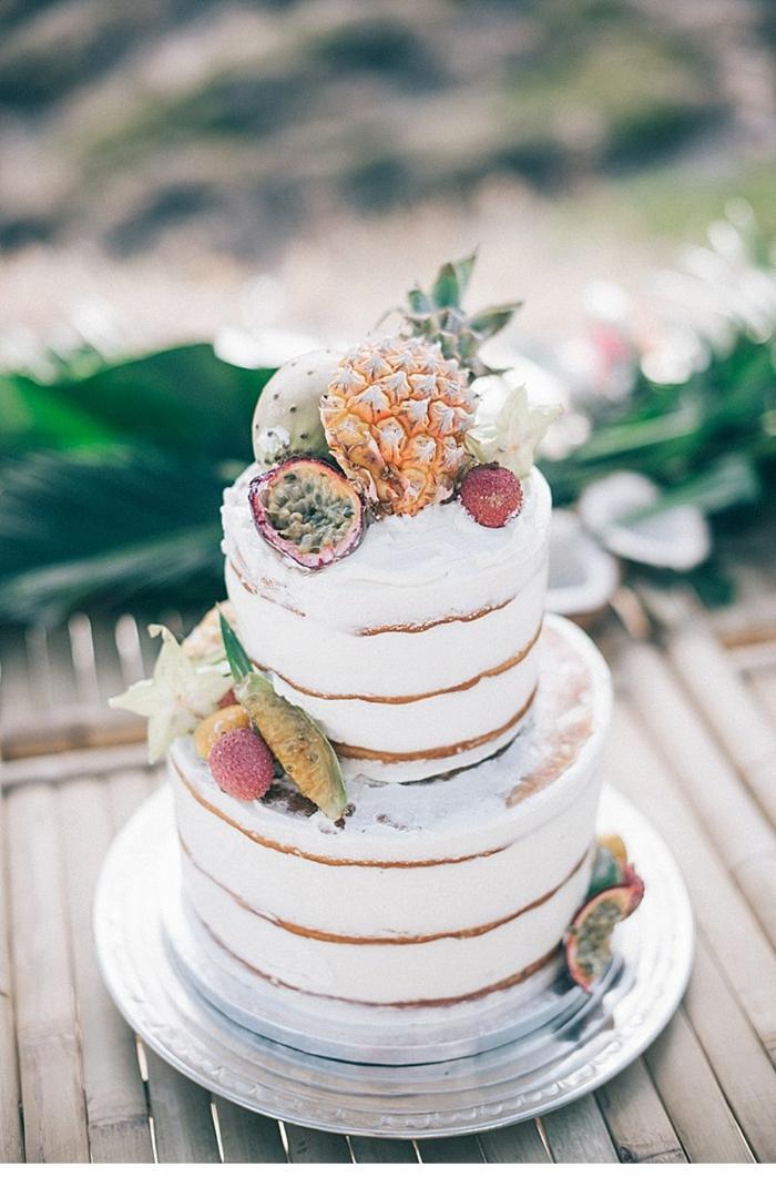 boho style hochzeitstorte mit exotischen früchten und sahne