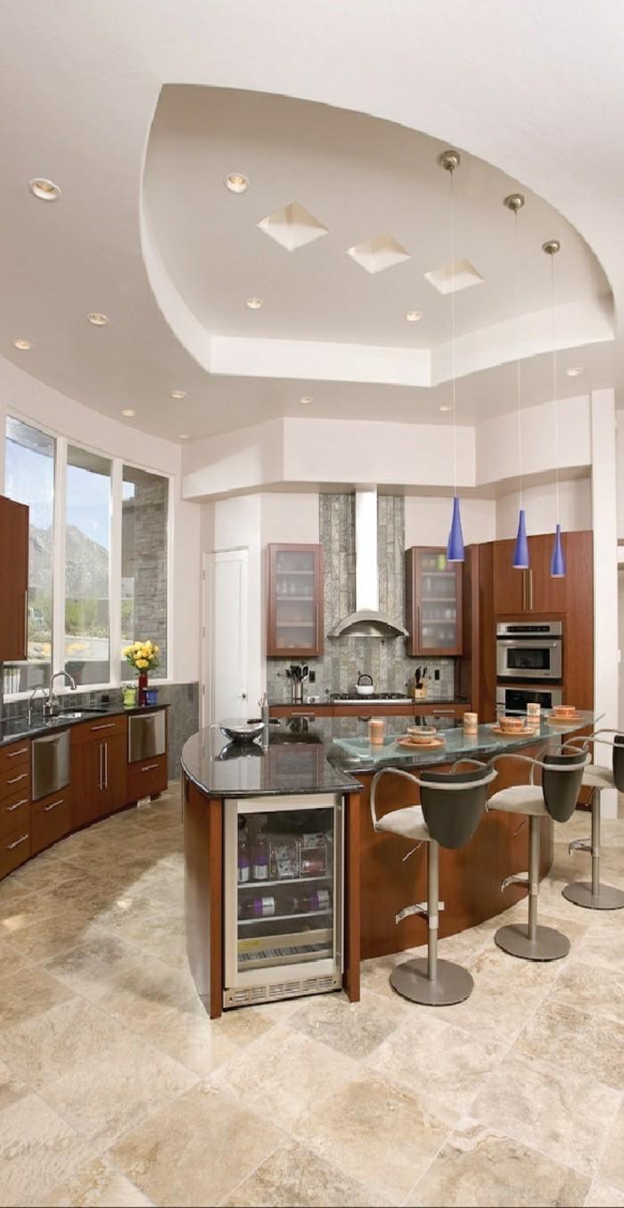 deckengestaltung in der küche helle bodenfliesen und farbige pendelleuchten