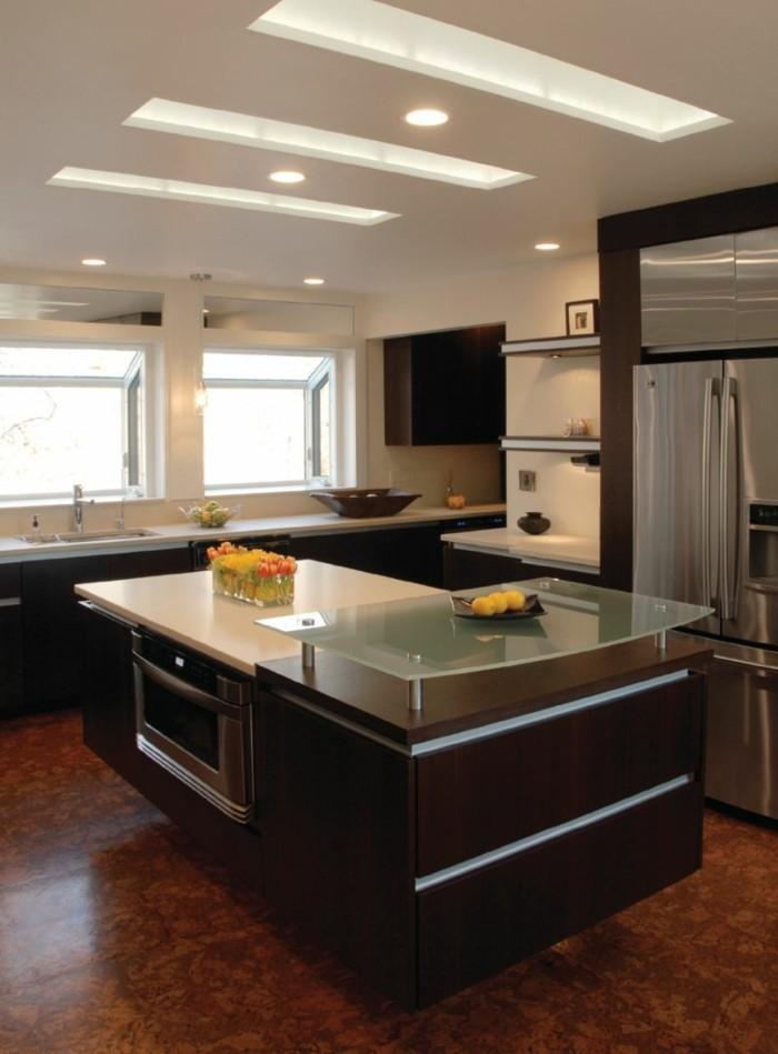deckengestaltung in der küche mit moderner beleuchtung und freistehende kücheninsel