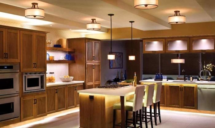 deckengestaltung in der küche praktische beleuchtung und große arbeitsfläche