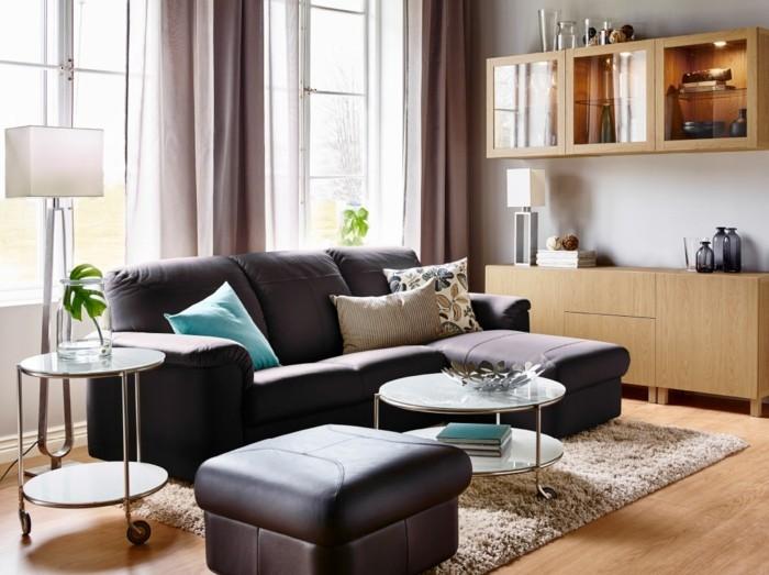 dekoideen wohnzimmer kleiner wohnbereich mit beigen gardinen und frischen dekokissen