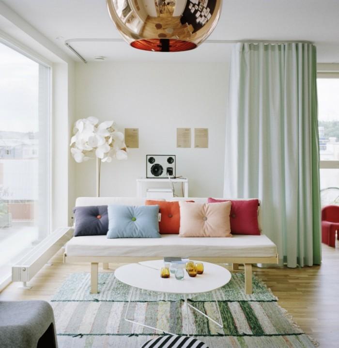 dekoideen wohnzimmer streifenteppich und farbige dekokissen erfrischen das wohnzimmer