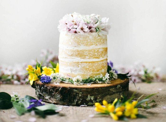 echte-blumen-kleine-torte-im-boho-style