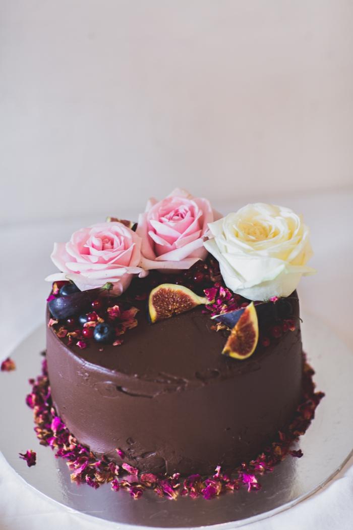 einfache schokoladentorte im boho stil mit echten rosen und feigen