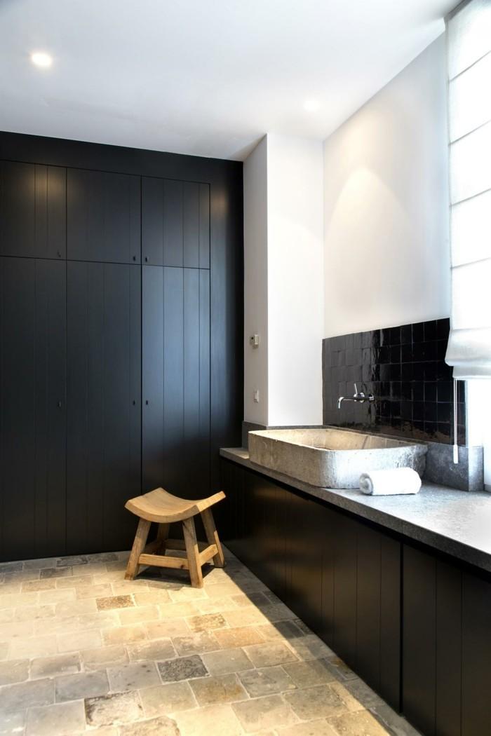 einrichtungsideen fürs badezimmer schwarzer schrank und rustikale akzente