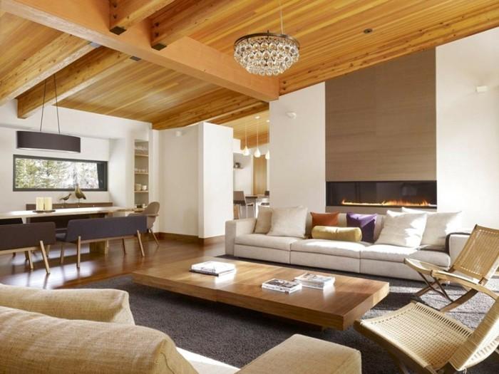einrichtungsideen hölzerne zimmerdecke und helles mobiliar im wohnzimmer