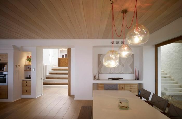 esszimmer modern trendige lampen und hölzerne elemente im essbereich