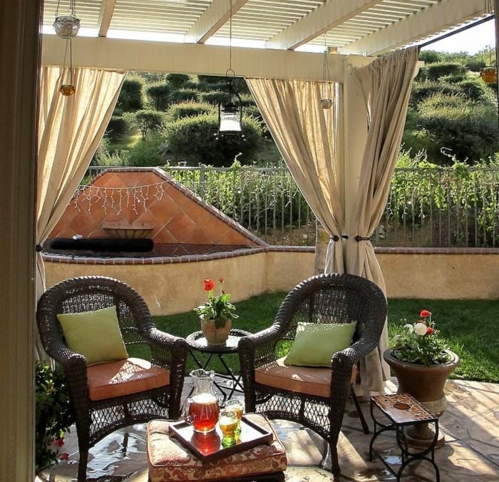 gartenideen mit gardinen in beige schöne sitzecke mit vielen blumentöpfen