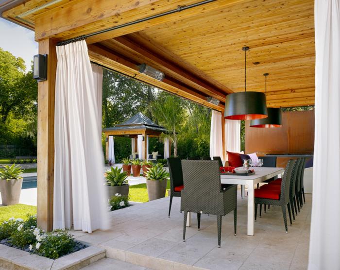 gartenideen moderne veranda mit weißen gardinen und roten akzenten