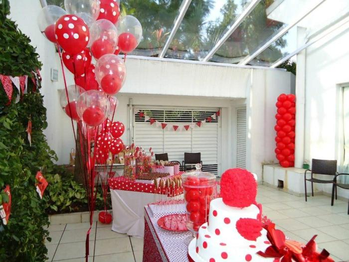 tischdeko geburtstag für die gartenparty polka dot muster in weiß und rot