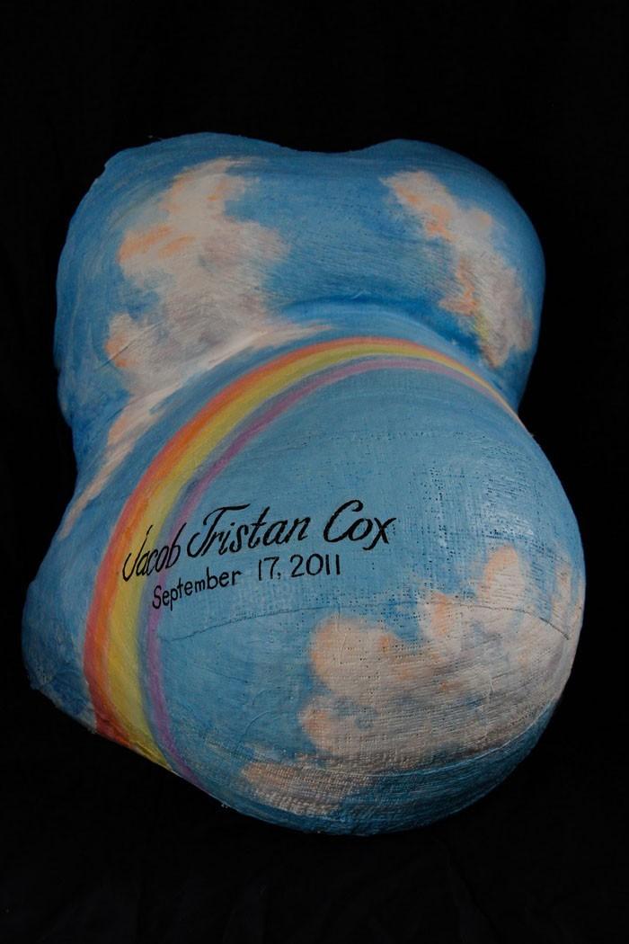 gipsabdruck babybauch bemalen regenbogen