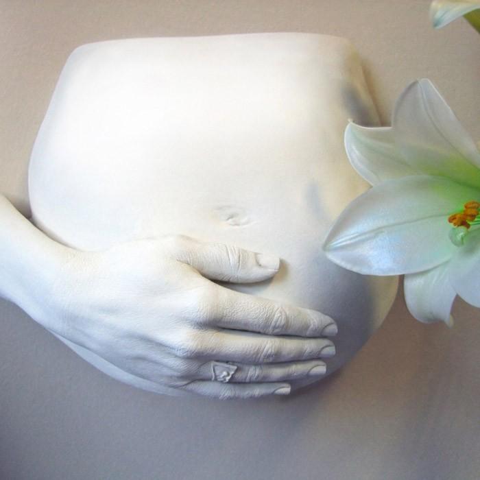 gipsabdruck babybauch mit hand