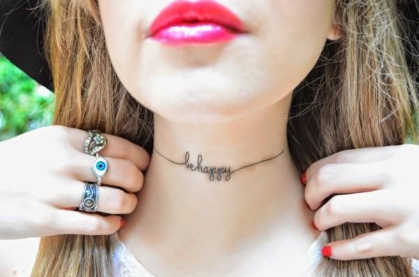 hals tattoo schrift be happy frauen tätowierung