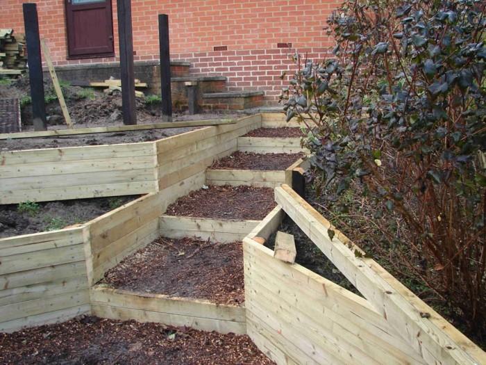 hochbeete gartentreppe aus holzbrettern und mulch selber bauen