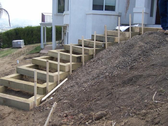 holzbalken kies erde diy idee treppe bauen