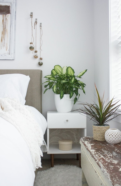 hygge ins schlafzimmer einführen weicher teppich pflanzen und weiße bettwäsche