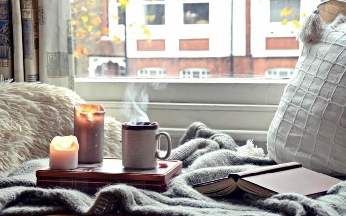 hygge stil im schlafzimmer kerzen und decken sorgen für gemütlichkeit