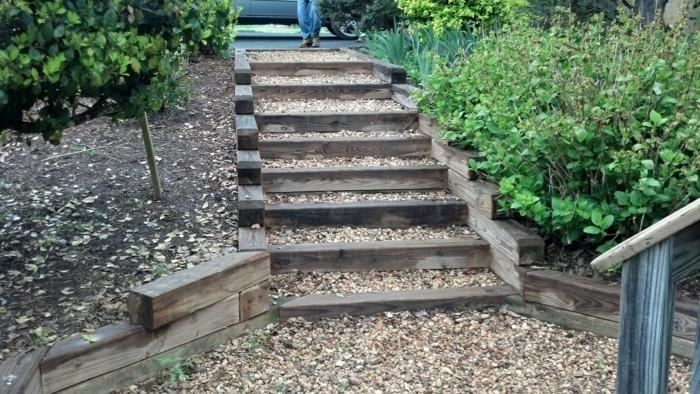 idee für garten treppe selber bauen kies holzbalken vorgarten