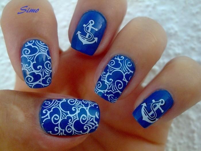 kobaltblaue fingernägel anker nageldesign sommer