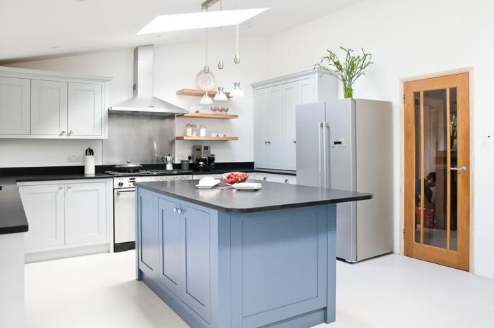 moderne küche in weiß mit blauer kücheninsel