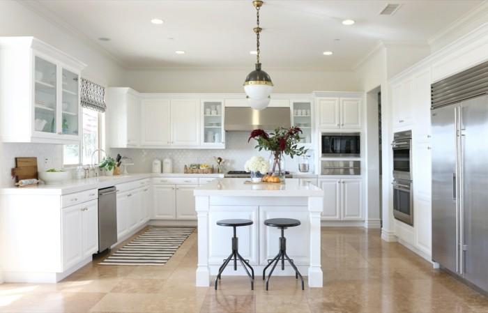 wohnideen küche weiße küchenschränke und hellbraune bodenfliesen