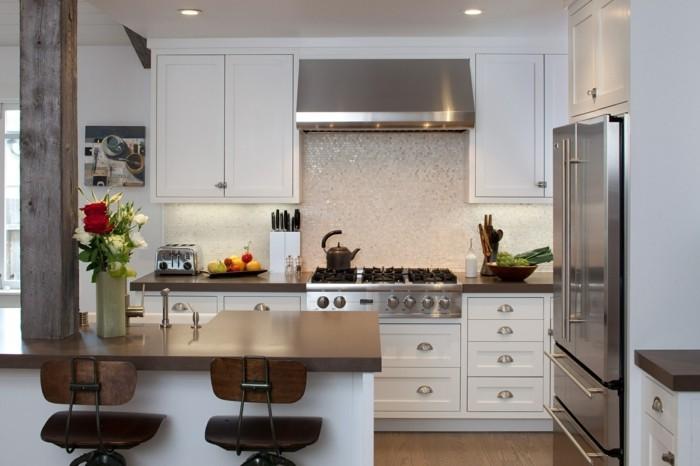 moderne küche in weiß mit dezenten akzenten