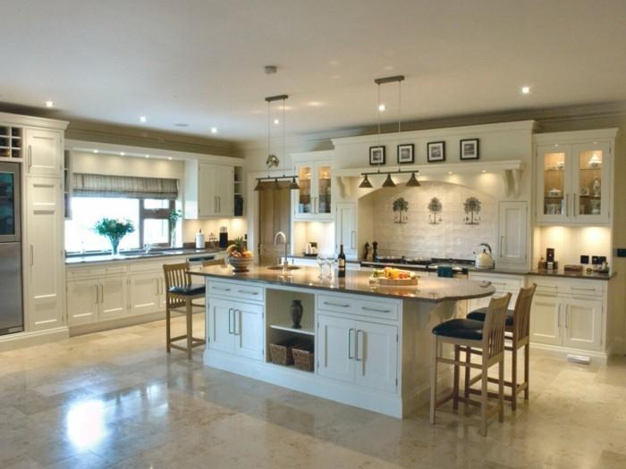 moderne küche in weiß mit freistehender kücheninsel