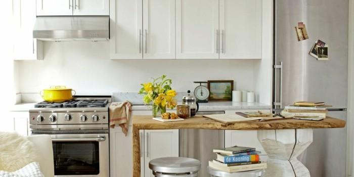 moderne küche in weiß mit hölzernen akzenten