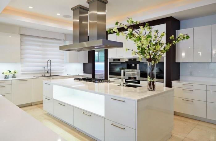 moderne küche in weiß mit hellem holzboden