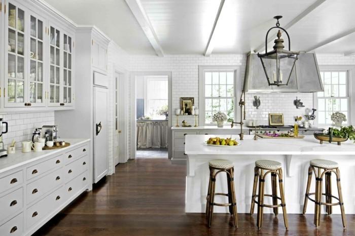wohnideen küche weiße küchenschränke die schön zum braunen bodenbelag kontrastieren