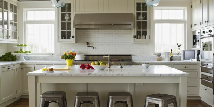 moderne küche in weiß mit silbernen akzenten blumen und früchten