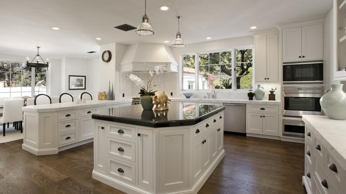 moderne küche in weiß und bodenbelag mit holzoptik