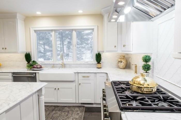 moderne küche mit weißen wänden und dunklem bodenbelag
