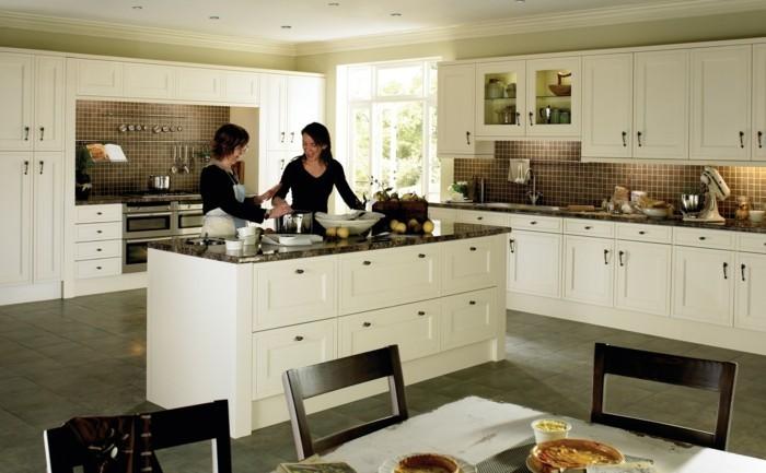 moderne küche weiße küchenschränke beige wandfarbe und graue bodenfliesen