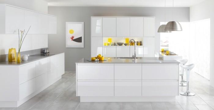moderne küche weiße wände weiße küchenschränke und hellgrauer boden