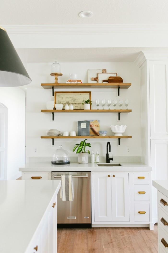 moderne küchen in weiß hölzerne wandregale und holzboden