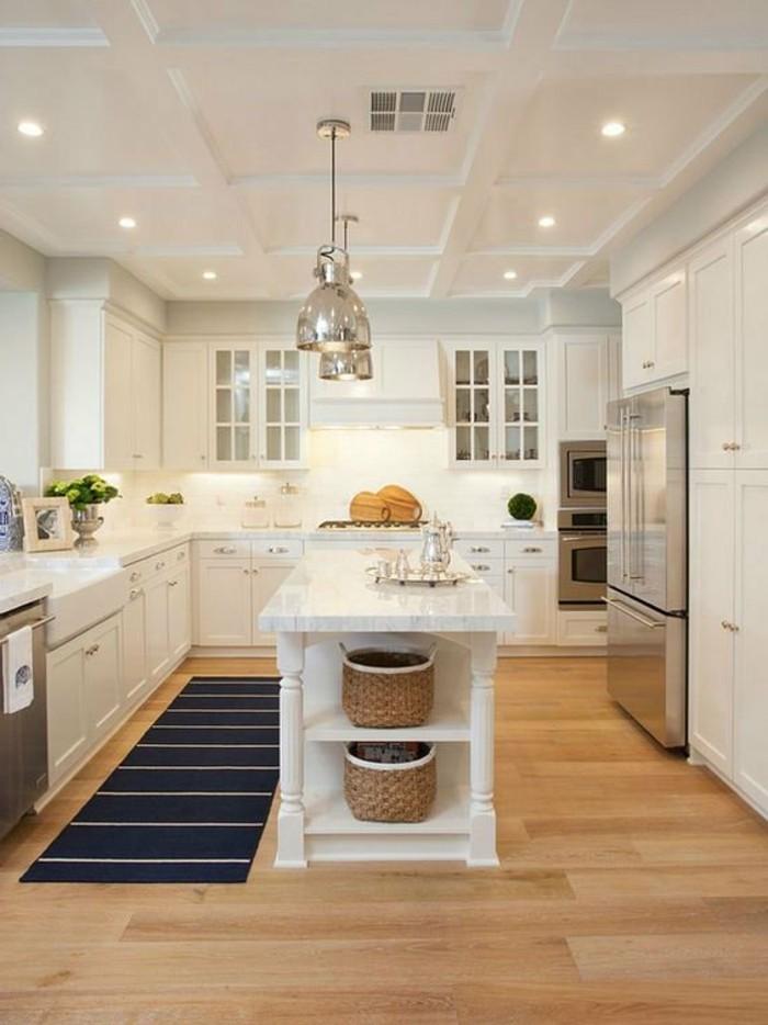 moderne küchen weße wände und dunkelblauer teppichläufer